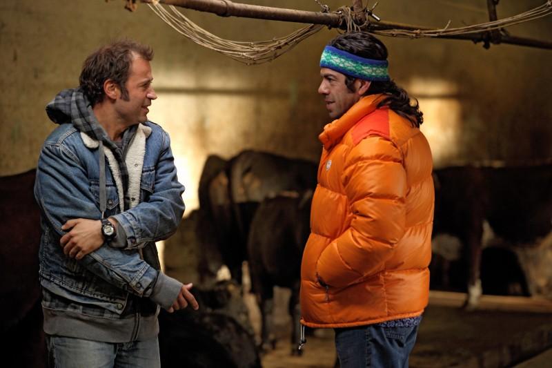 Fabio Volo e Pierfrancesco Favino in una scena del film Figli delle stelle