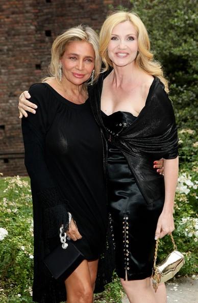 Mara Venier accanto a Lorella Cuccarini al castello sforzesco di Milano