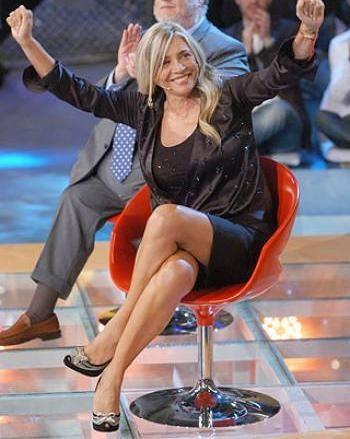 Una sorridente Mara Venier in studio televisivo