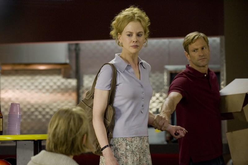 Dianne Wiest (di spalle) Nicole Kidman e Aaron Eckhart in una scena del film Rabbit Hole