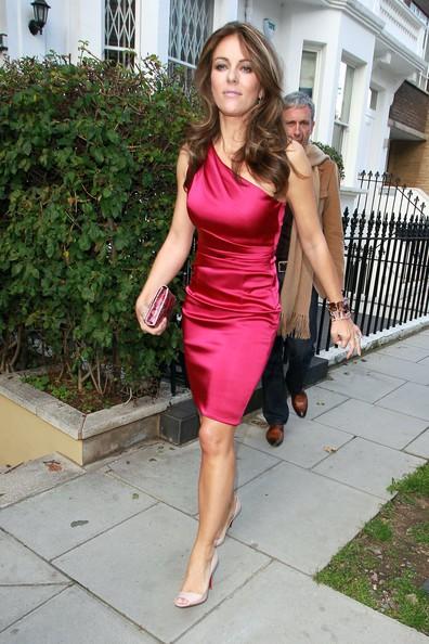 Elizabeth Hurley lascia la sua casa di Londra con un misterioso uomo