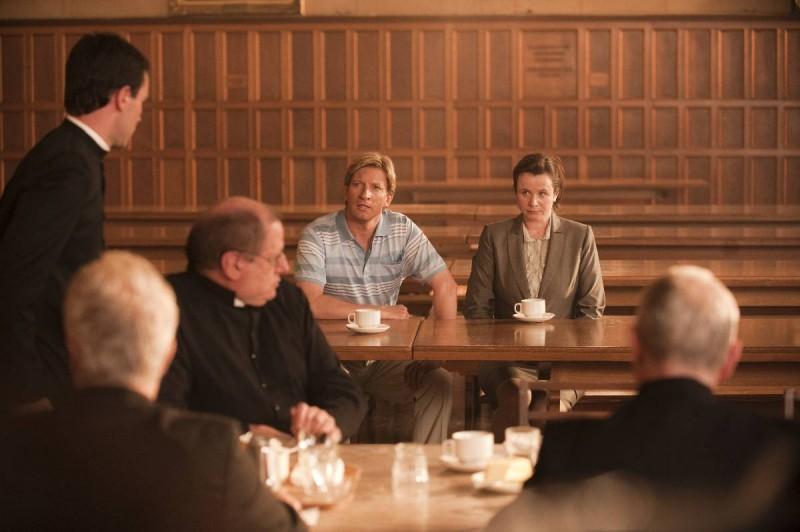 Emily Watson con David Wenham (al centro) nel film Oranges and Sunshine