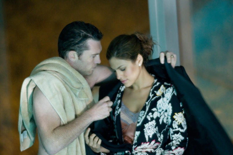 Eva Mendes con Sam Worthington in una scena del film Last night