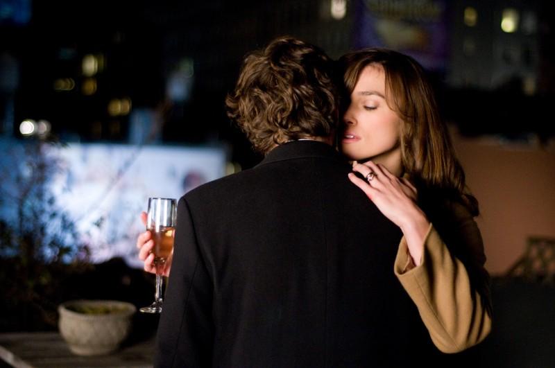 Keira Knightley in una sensuale scena del film Last night (2010)