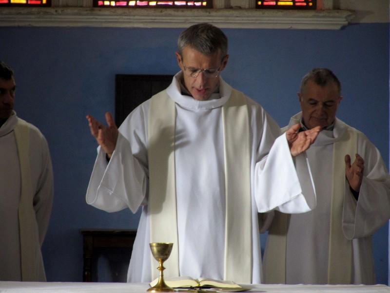 Lambert Wilson in una scena del film Des hommes et des dieux