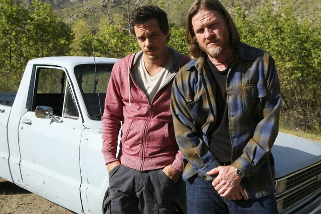 Michael Raymond-James e Donal Logue in Terriers nell'episodio Manifest Destiny