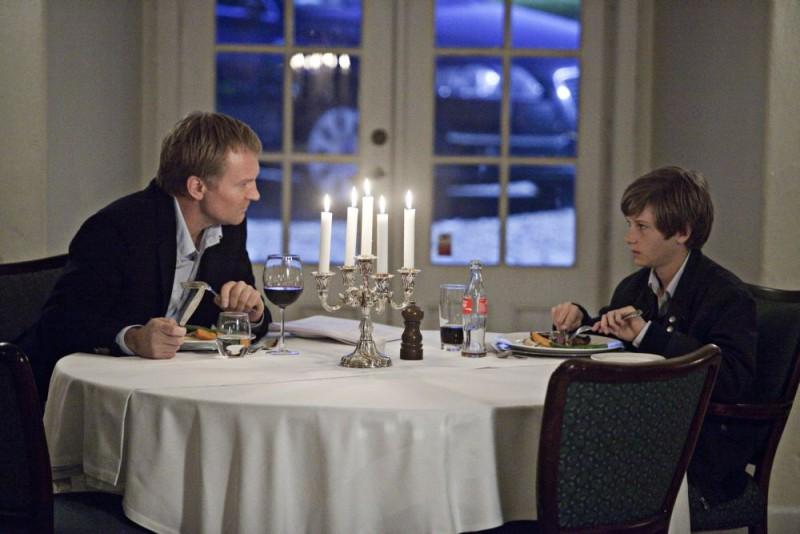 Ulrich Thomsen a tavola in una sequenza del dramma In a Better World (Hævnen)