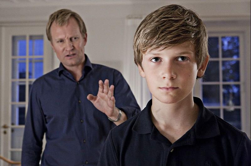 Ulrich Thomsen (sullo sfondo) in scena del dramma In a Better World (Hævnen)