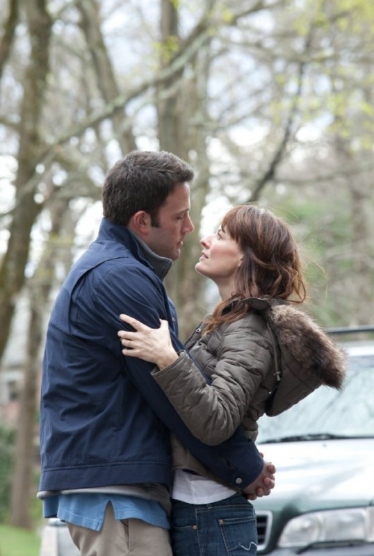 Ben Affleck e Rosemarie DeWitt in un tenero abbraccio per il film The Company Men