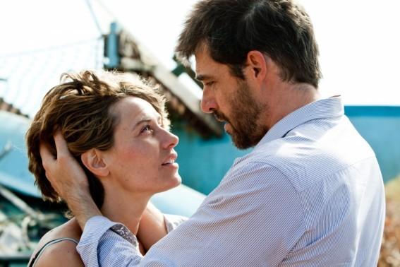 Cécile De France con Thierry Neuvic in una scena del film Hereafter