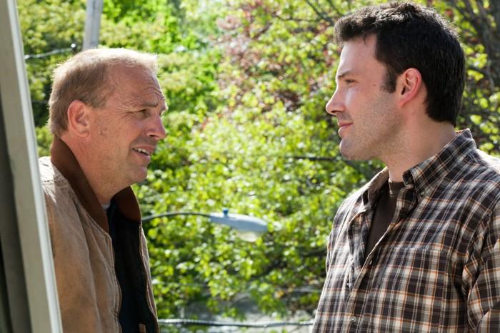 Kevin Costner e Ben Affleck in una scena del film The Company Men