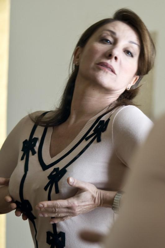 Carla Signoris in una divertente immagine del film Maschi contro Femmine