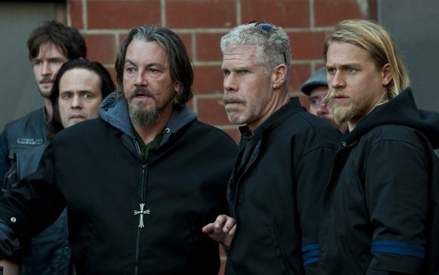Ron Perlman, Charlie Hunnam e Tommy Flanagan in Sons of Anarchy nell'episodio Lochan Mor