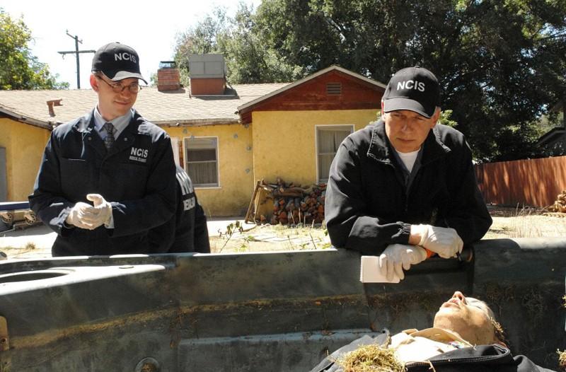 Brian Dietzen e Mark Harmon in una scena dell'episodio Royals and Loyals di NCIS