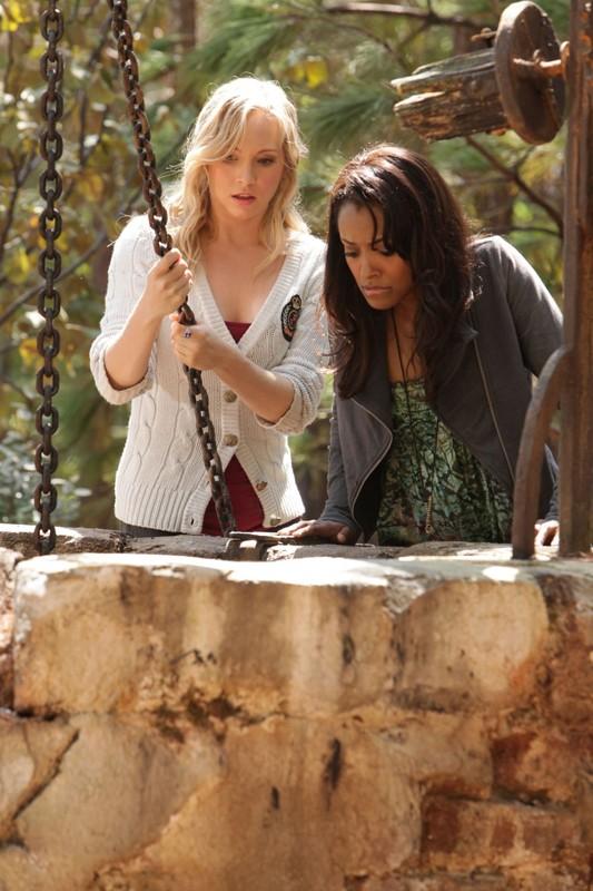 Candice Accola e Katerina Graham guardano in un pozzo in Plan B di Vampire Diaries