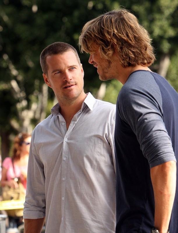 Chris O'Donnell parla con Eric Christian Olsen nell'episodio Standoff di NCIS: Los Angeles