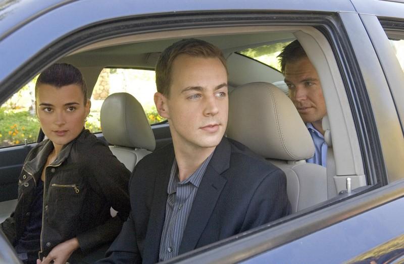 Cote de Pablo, Sean Murray e Michael Weatherly in auto in: Dead Air di NCIS - Unità anticrimine