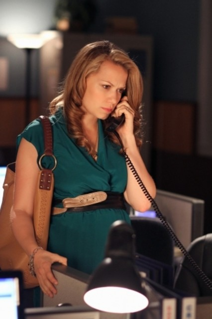 Haley (Bethany Joy Galeotti) al telefono nell'episodio We All Fall Down di One Tree Hill