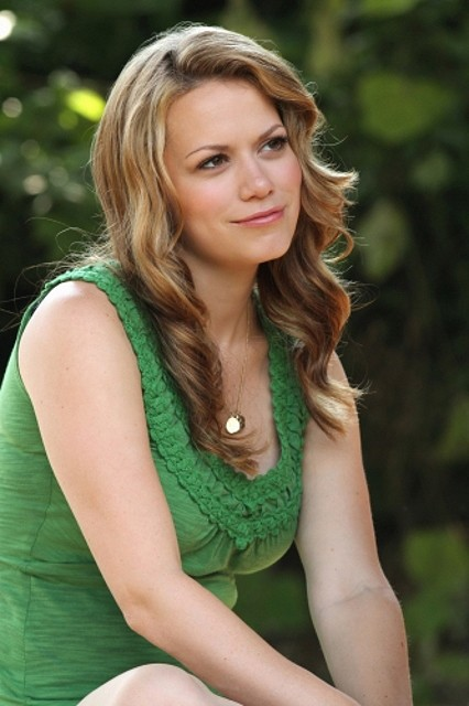 Haley (Bethany Joy Galeotti) in una scena dell'episodio Nobody Taught Us to Quit di One Tree Hill