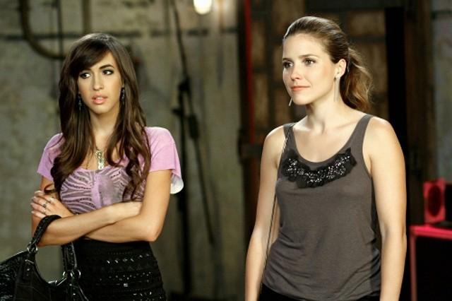 Mia (Kate Voegele) e Brooke (Sophia Bush) nell'episodio Nobody Taught Us to Quit di One Tree Hill