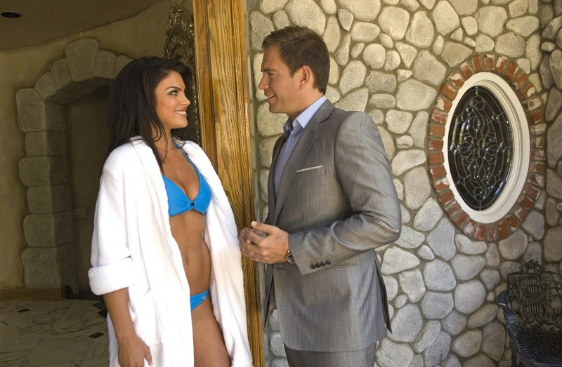 Michael Weatherly interroga Nadia Bjorlin nell'episodio Dead Air di NCIS - Unità anticrimine