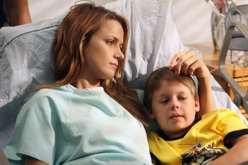 Shantel VanSanten e Jackson Brundage in ospedale nell'episodio The Space in Between di One Tree Hill