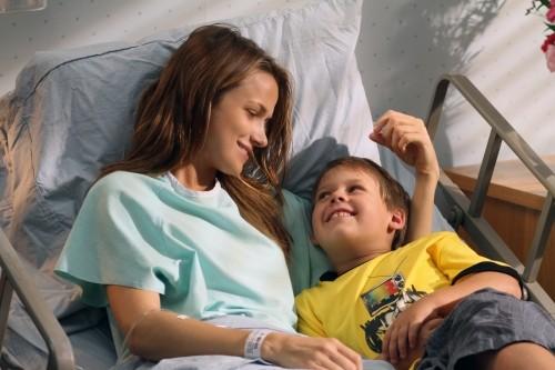 Shantel VanSanten e Jackson Brundage sorridenti, nell'episodio The Space in Between di One Tree Hill