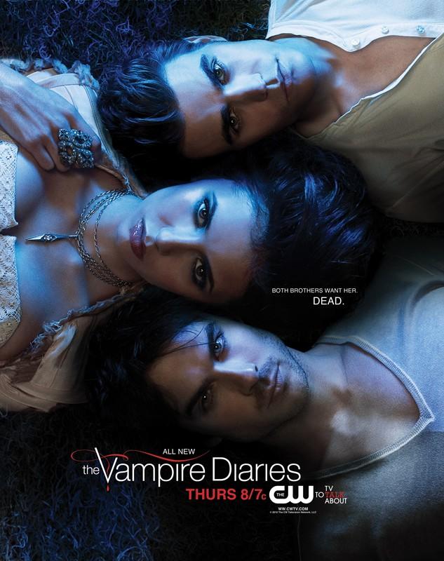 Un poster della season 2 di The Vampire Diaries con la scritta: 'Both brothers want her. Dead.'