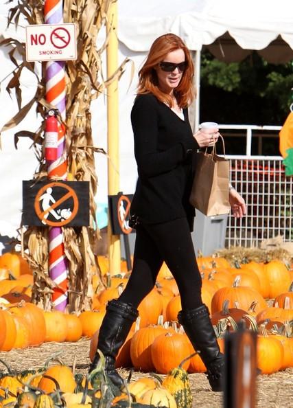 Marcia Cross sceglie una zucca di Halloween con le sue bimbe