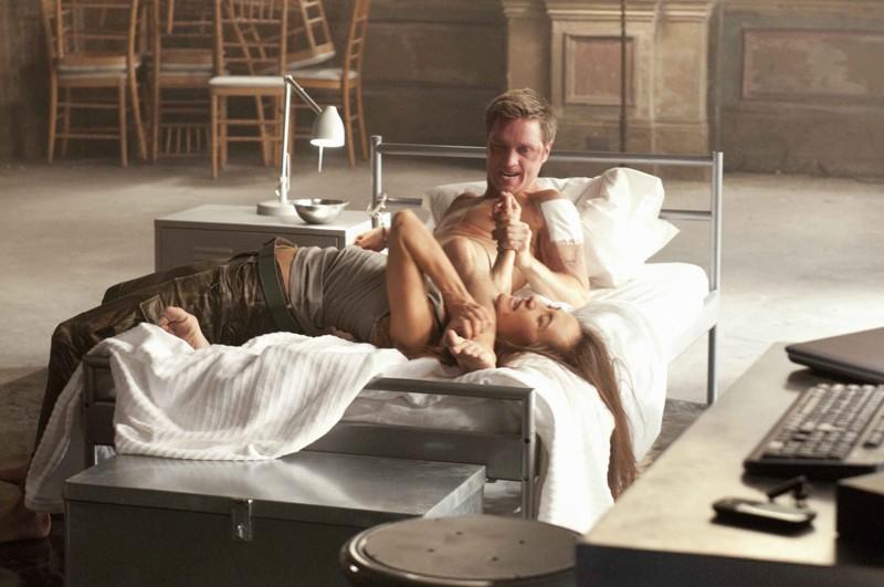 Owen (Devon Sawa) e Nikita (Maggie Q) lottano nell'episodio Resistance