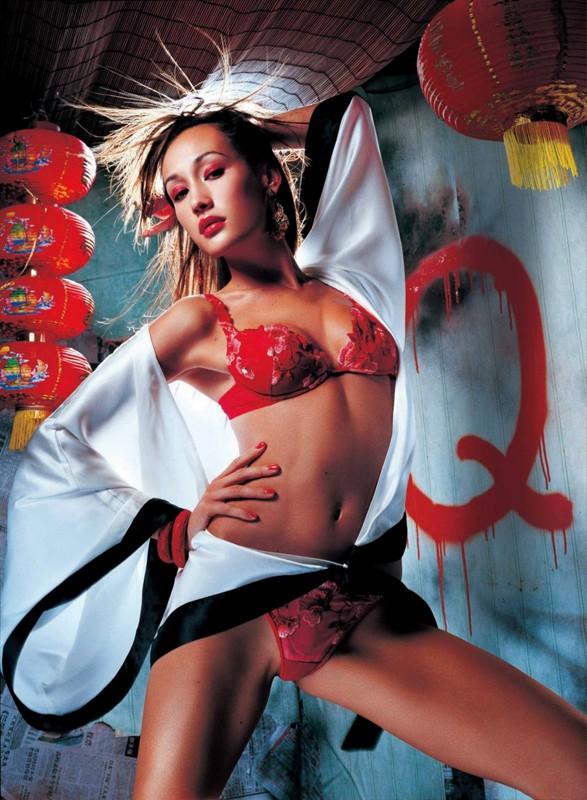 Un'immagine di Maggie Q in versione sexy giapponese