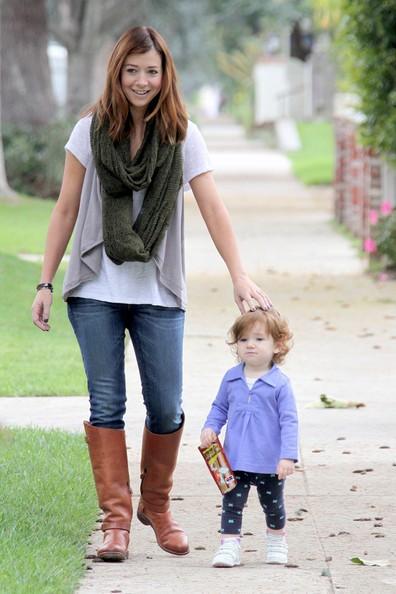 Alyson Hannigan porta sua figlia Satyana a fare una passeggiata per il quartiere