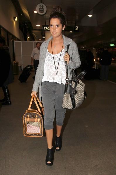 Ashley Tisdale atterra all'aeroporto di Los Angeles