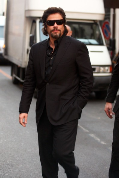 Benicio Del Toro a piedi per il centro di Milano