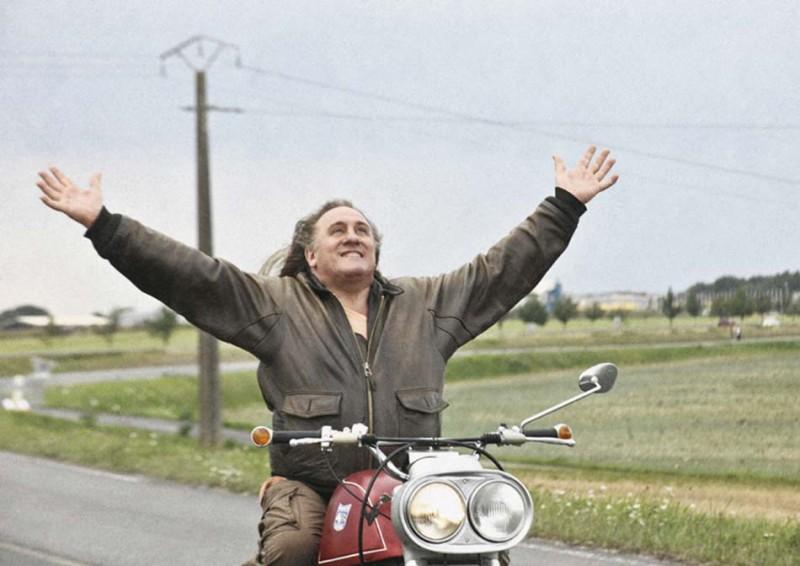 Gérard Depardieu in un atto liberatorio nel film Mammuth