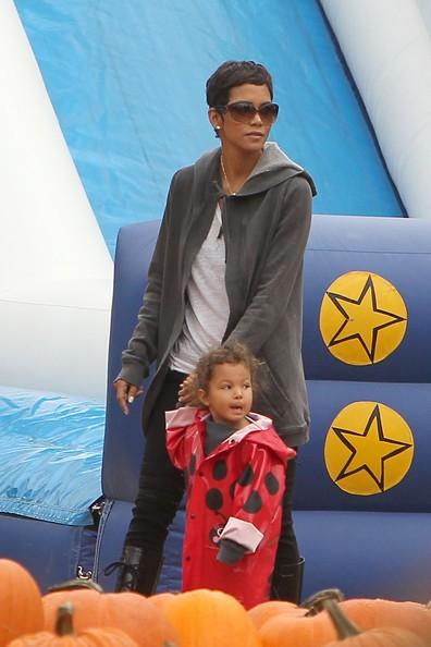 Halle Berry porta la figlia a prendere le zucche da Mr. Bones a Hollywood