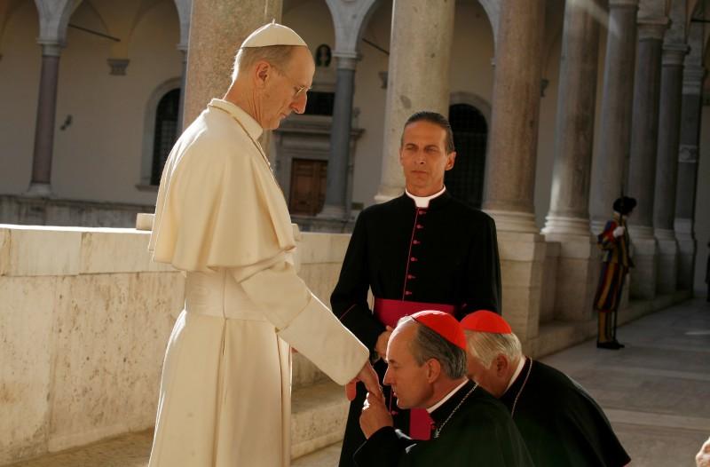 James Cromwell in una scena della miniserie Sotto il cielo di Roma con Cesare Bocci