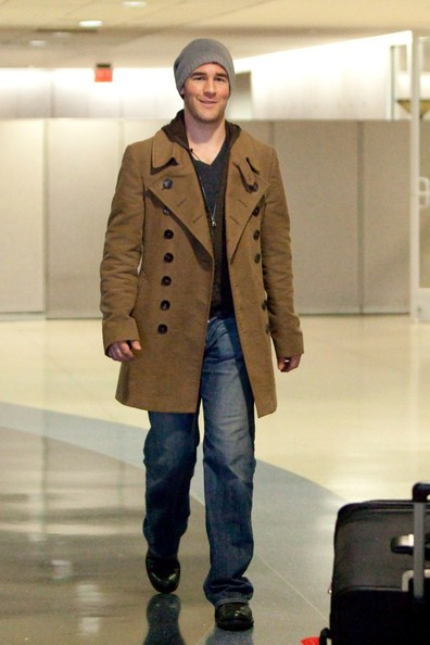 James Van Der Beek arriva al Los Angeles International Airport con la sua famiglia