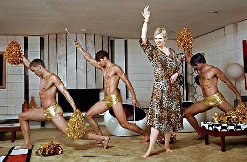 Jane Lynch e un gruppo di 'cheerleader' posano per la rivista More