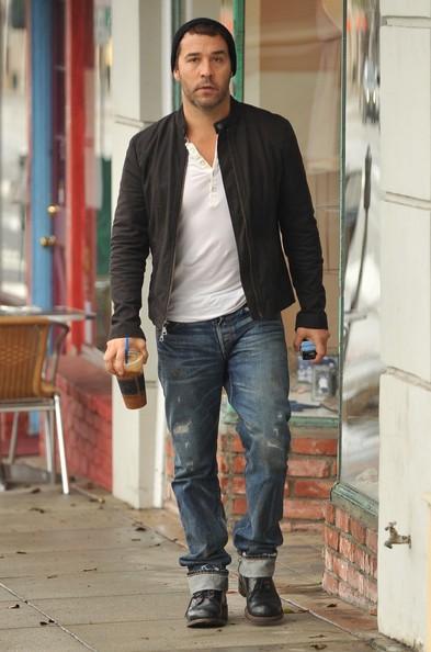 Jeremy Piven prende un caffè in una giornata nuvolosa in Santa Monica