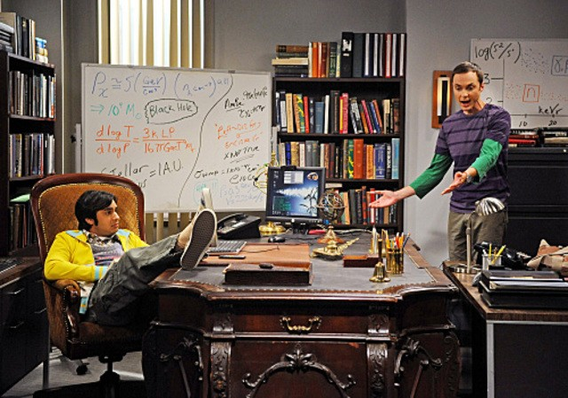 Jim Parsons e Kunal Nayyar nell'episodio The Hot Troll Deviation di The Big Bang Theory