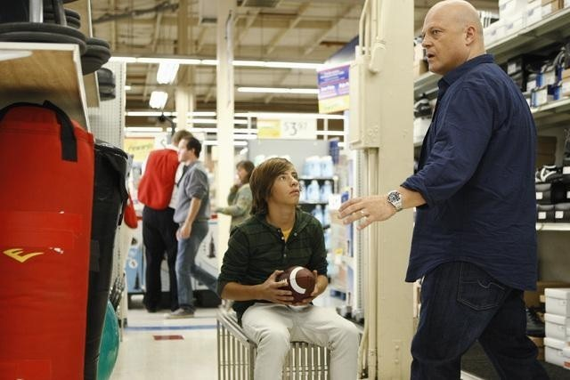 Jimmy Bennett e Michael Chiklis in una scena dell'episodio No Ordinary Earthquake di No Ordinary Family