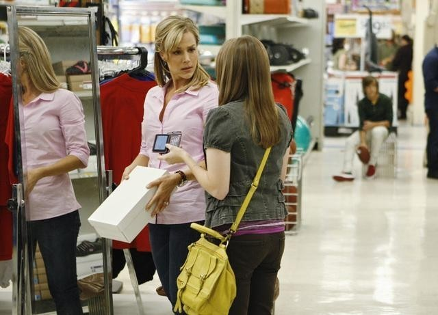 Julie Benz e Kay Panabaker in una scena dell'episodio No Ordinary Earthquake di No Ordinary Family