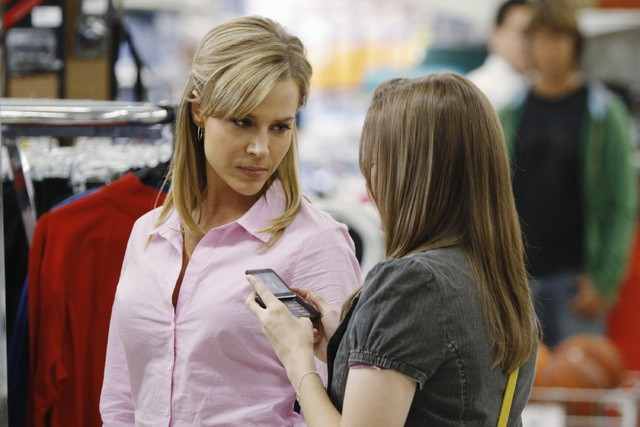 Julie Benz e Kay Panabaker nell'episodio No Ordinary Earthquake di No Ordinary Family