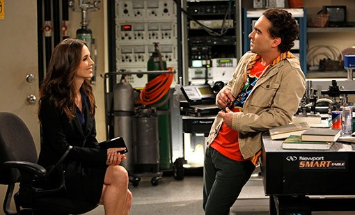 La guest star Eliza Dushku e Johnny Galecki nell'episodio The Apology Insufficiency di The Big Bang Theory