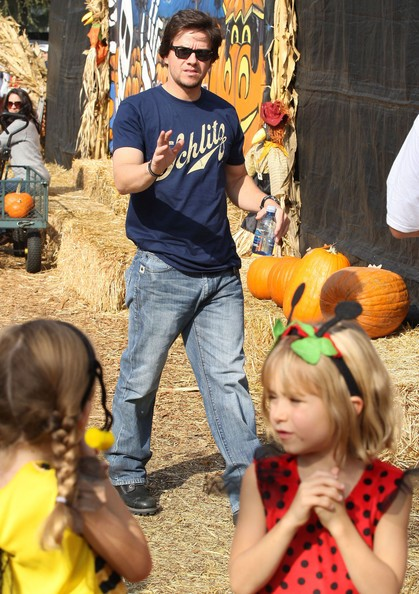 Mark Wahlberg al 'pumpkin patch' di Mr. Bones con la famiglia