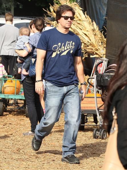 Mark Wahlberg trascorre una giornata al 'pumpkin patch' di Mr. Bones con la famiglia