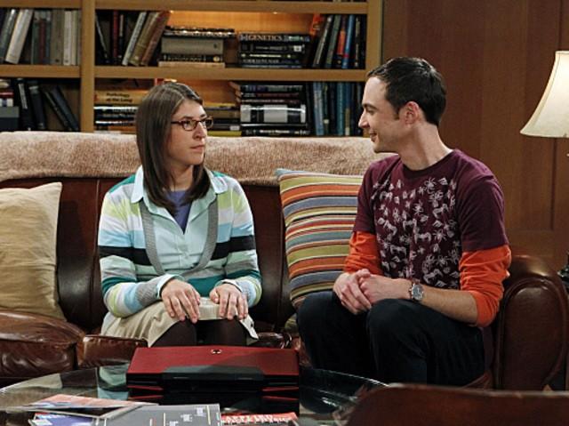 Mayim Bialik e Jim Parsons in una scena dell'episodio The Desperate Emanation di The Big Bang Theory