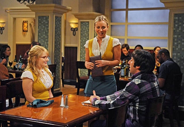 Melissa Rauch, Kaley Cuoco e Simon Helberg nell'episodio The Hot Troll Deviation di The Big Bang Theory