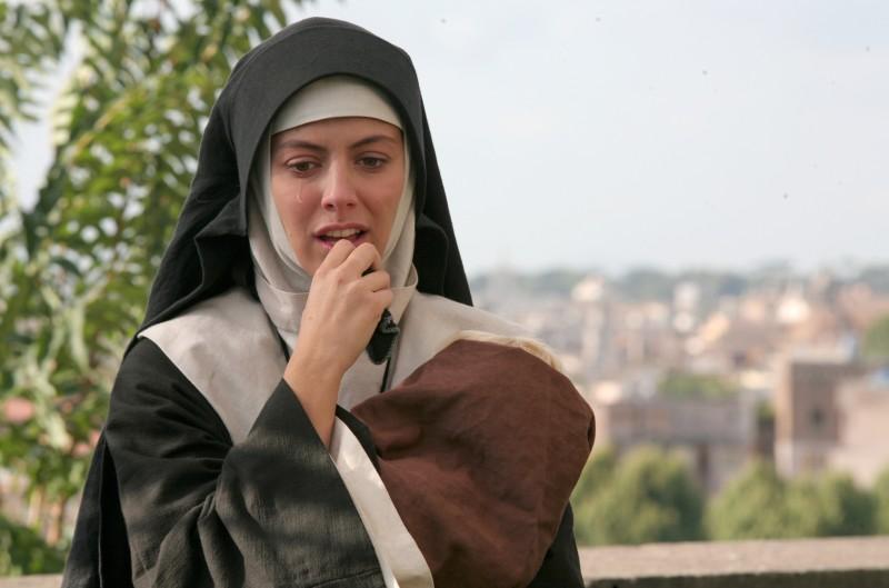 Miriam (Alessandra Mastronardi) si finge suora per la sopravvivenza nella fiction Sotto il cielo di Roma